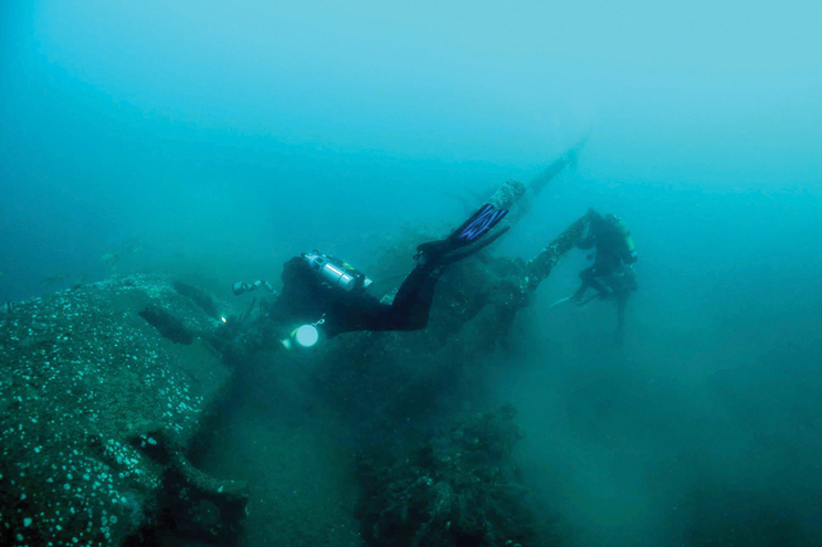 Submarino da guerra vigiado por mergulhadores lusos
