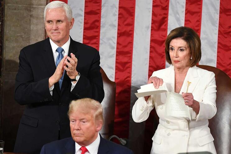 A presidente da Câmara dos Representantes, Nancy Pelosi, rasgou uma cópia do discurso de Trump sobre