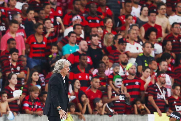 Flamengo bate Botafogo no fim e mantém distância na liderança do Brasileirão