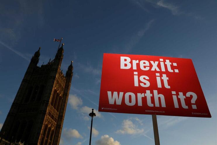 Cartaz de manifestante anti-Brexit em frente ao Palácio de Westminster, Londres