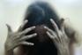 Menina isolada em cabana durante menstruação violada por três jovens