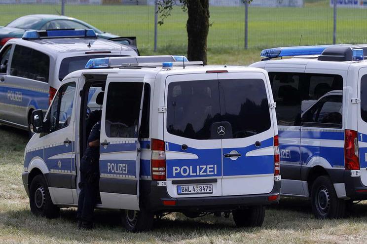 Policia alemã descobriu 31 pessoas escondidas no interior de um camião frigorífico
