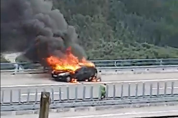 Carro em chamas na A7 em Celorico de Basto