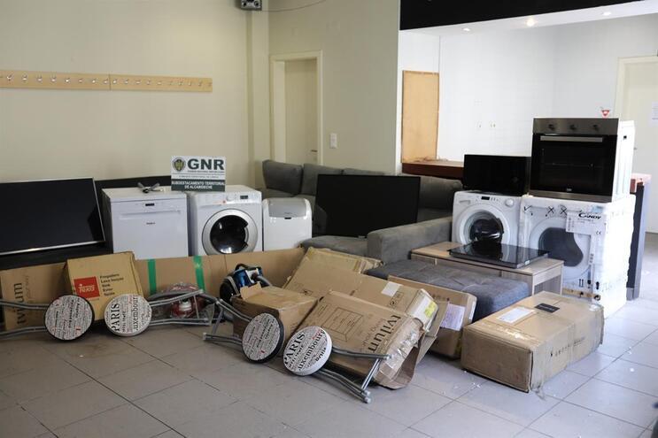 Móveis e eletrodomésticos apreendidos pela GNR ao suspeitos