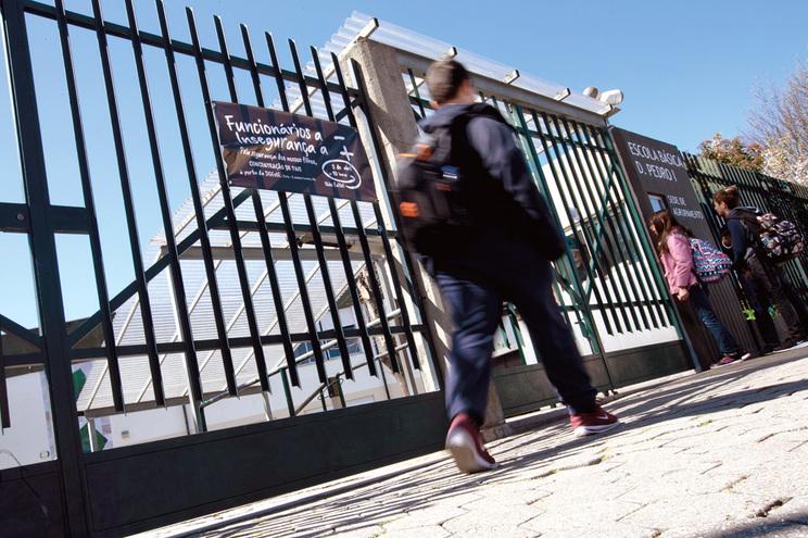 Aulas arrancam sem que mil auxiliares prometidos estejam nas escolas