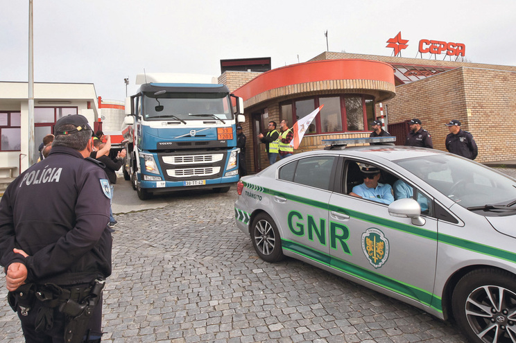 Polícias estão preparados para escoltar camiões cheios de combustível, como também os que transportam