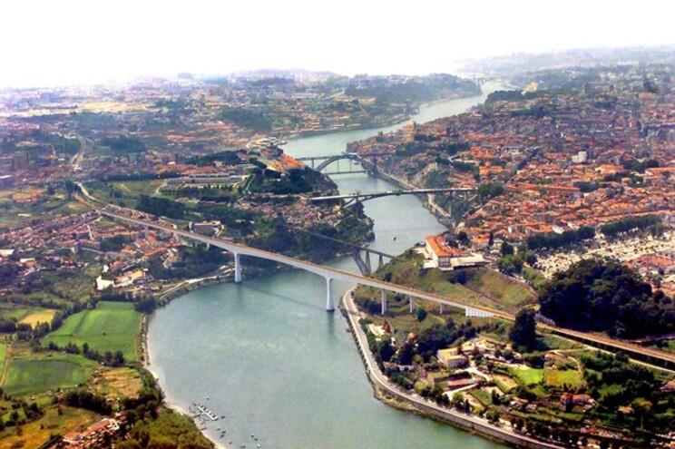 """Câmara de Gaia garante que custo da nova ponte sobre o Douro """"não derrapou"""""""