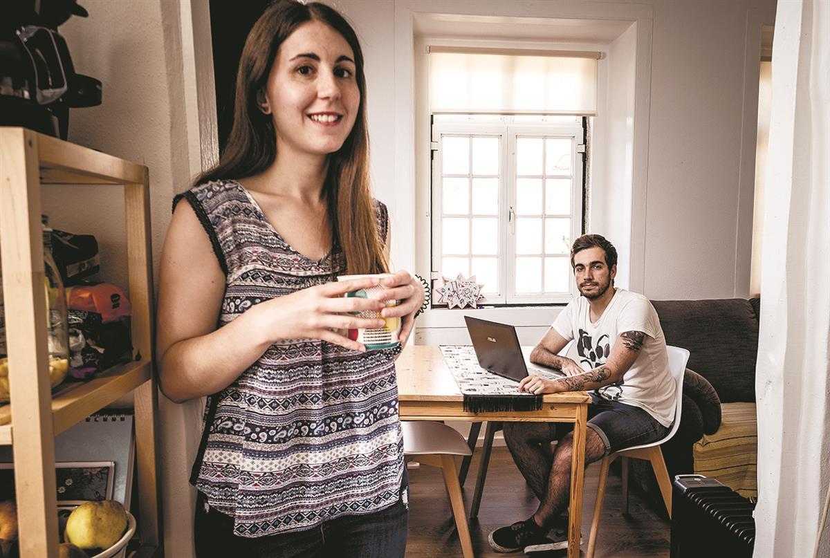 Inês Amorim e Tiago Serrano, casal que se mudou há um ano para o centro histórico de Sintra no âmbito