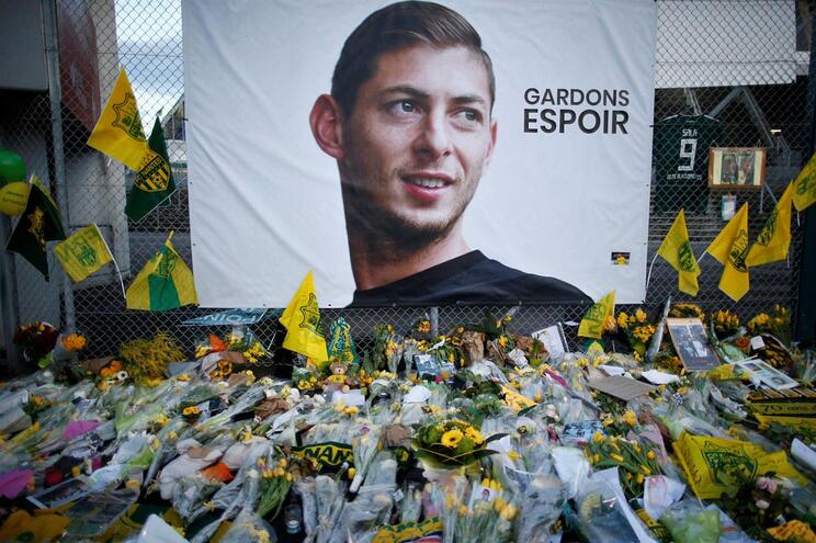 Homenagens a Sala no exterior do Estádio do Nantes, em França