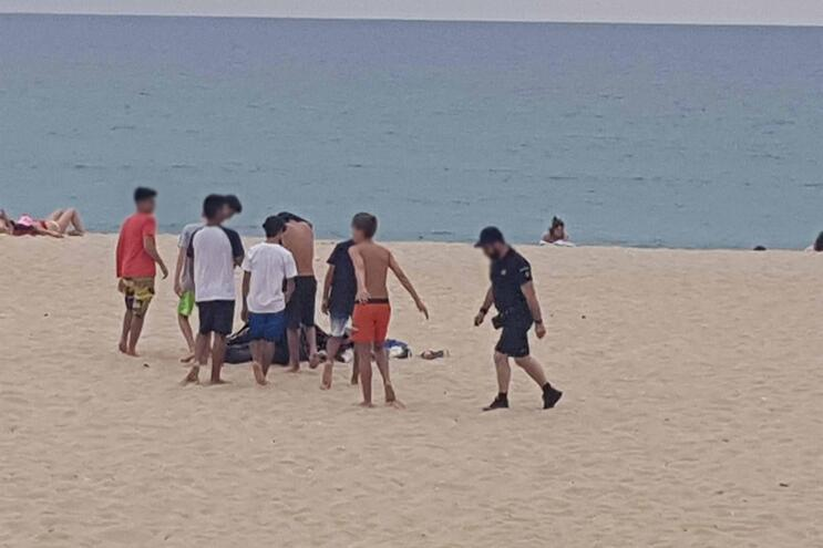Vários de grupos de jovens estavam reunidos na praia da Baía, em Espinho