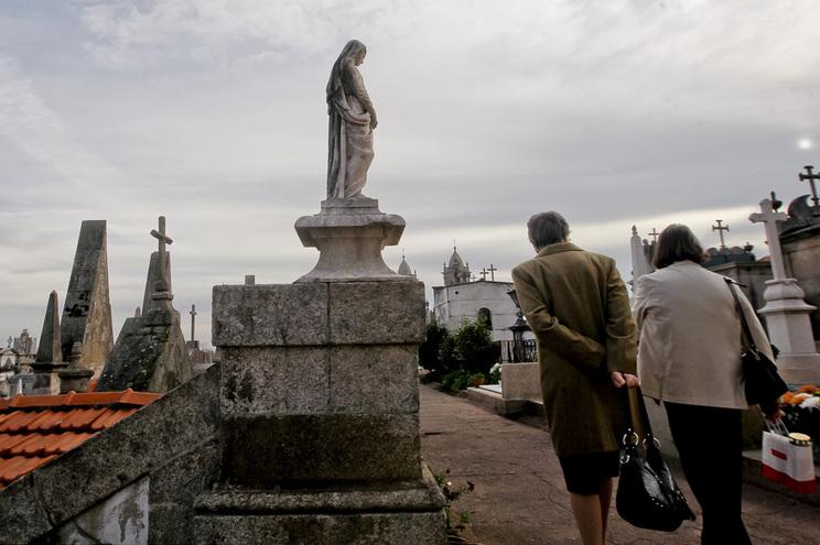 Muitas autarquias decidiram encerrar os cemitérios para evitar ajuntamentos de pessoas