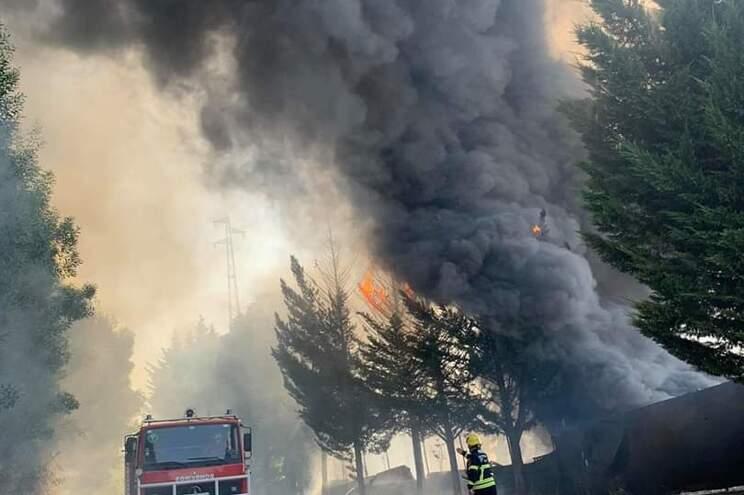 Ambulâncias na zona do fogo prestaram assistência a outros afetados pelas elevadas temperaturas