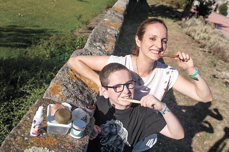 Pamela Campos  com o filho Eduardo, que guarda os copos de iogurte para brincar