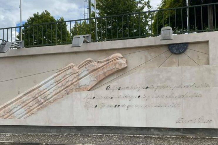 A escultura vandalizada em Rossio ao Sul do Tejo