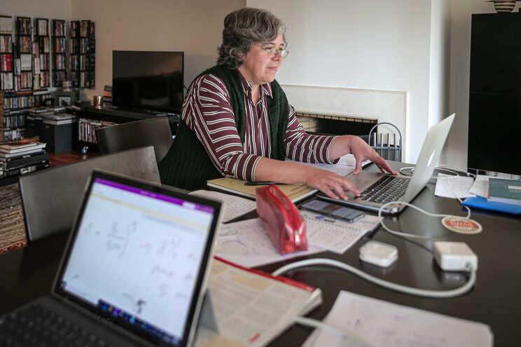 Teresa Moreira, professora de Matemática no liceu Camões em Lisboa, em teletrabalho durante a pandemia