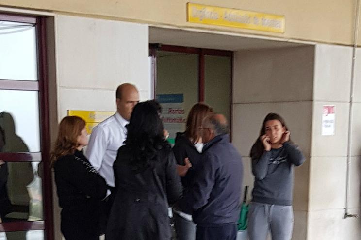 Familiares do mestre da embarcação no Hospital S. Sebastião, Feira