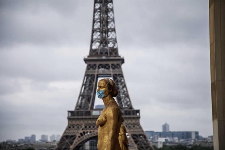 Em França, o número total de óbitos provocados pelo novo coronavírus ascende agora a 24.895