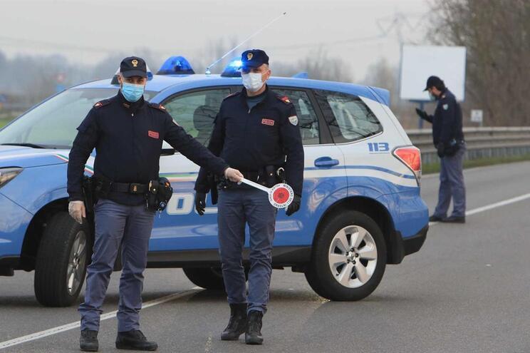 Polícia a controlar entradas em Casalpusterlengo, arredores de Milão