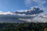 Coluna de fumo e cinzas do vulcão Sinabung cobriu várias aldeias indonésias