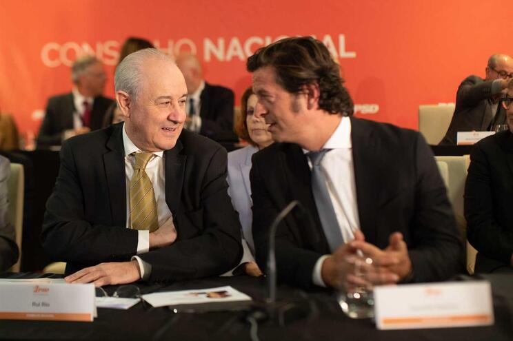 O presidente do Partido Social democrata (PSD), Rui Rio (E), ladeado pelo vice presidente do Partido