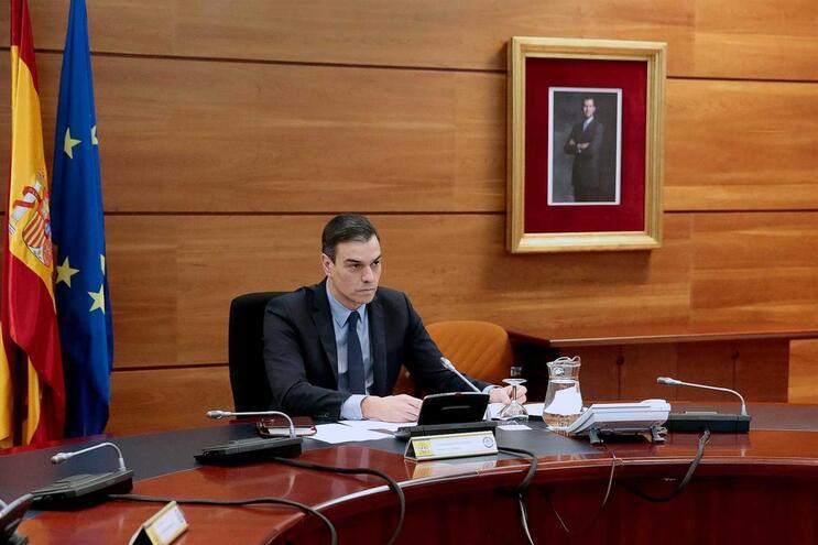 O Governo espanhol aprovou, domingo, um decreto que confina a casa todos os trabalhadores não essenciais
