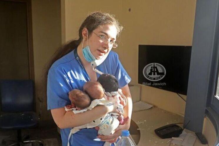 Enfermeira libanesa com os três recém-nascidos que salvou num hospital atingido pelas explosões em Beirute