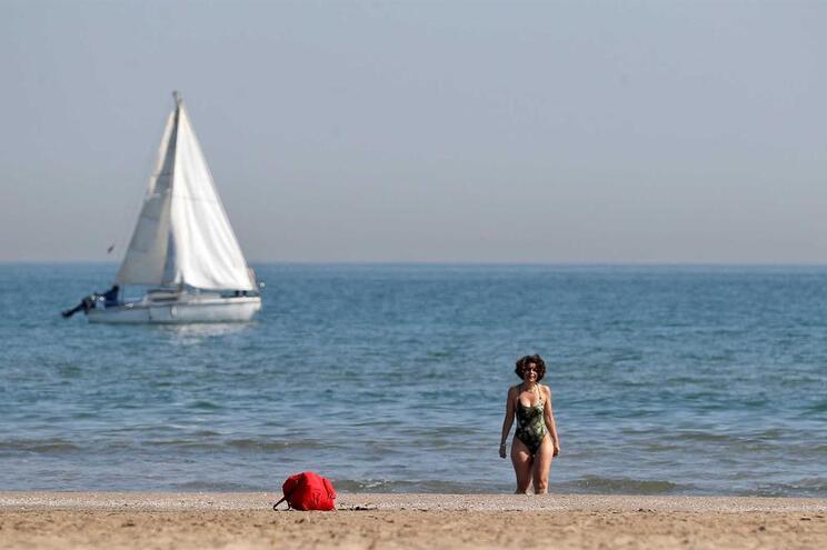 Fim de semana com sol e temperatura quente convida a uma visita à praia
