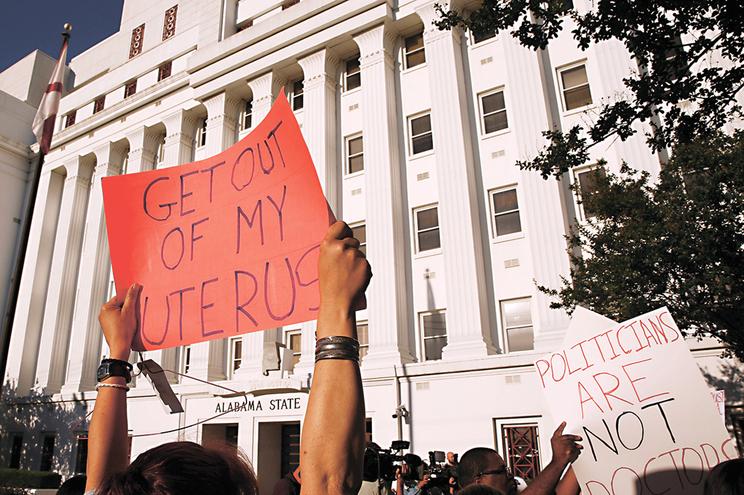 Os protestos de defensores da liberdade de escolha acompanharam à porta do Senado do Alabama um debate