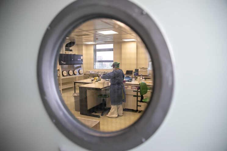 Técnica de saúde procede a testes ao coronavírus no Instituto Nacional de Saúde Ricardo Jorge, em Lisboa