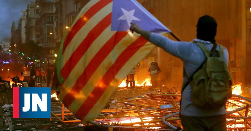Balanço da noite: 54 detidos e 182 feridos nos confrontos da Catalunha