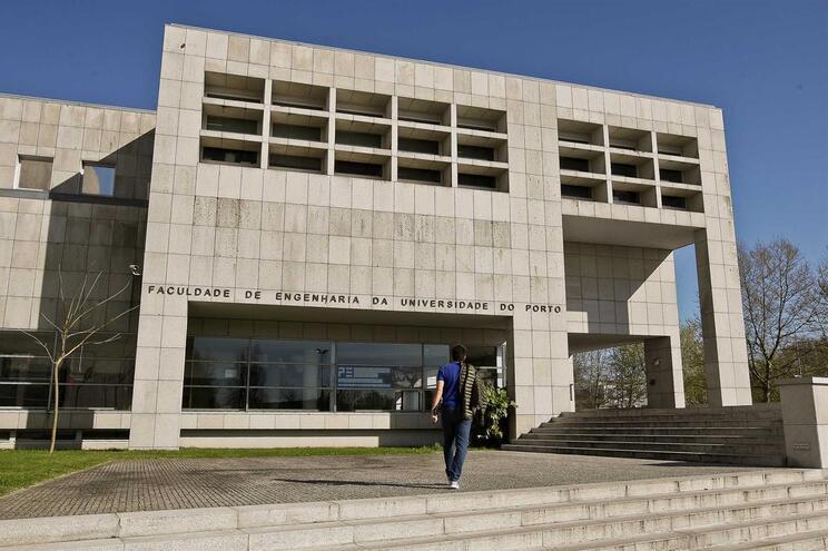 Faculdade de Engenharia do Porto evacuada devido a pacote suspeito