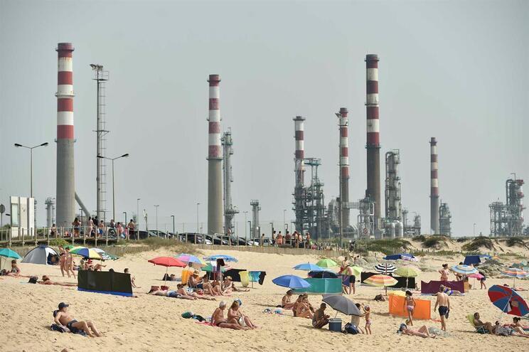 """Matosinhos quer esclarecimentos da Galp por """"descargas poluentes"""" numa praia"""