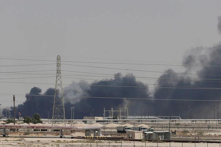 Fumo após ataque às instalações da Aramco, na cidade oriental de Abqaiq, Arábia Saudita
