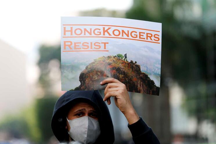 """Jovens espalham """"cartas de despedida"""" pelas ruas de Hong Kong"""