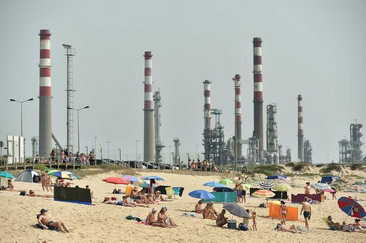 Petrogal admite ser responsável por descarga em praia de Matosinhos