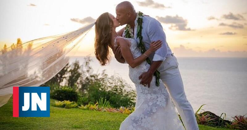 O durão amansou. Dwayne Johnson casou-se no Havai