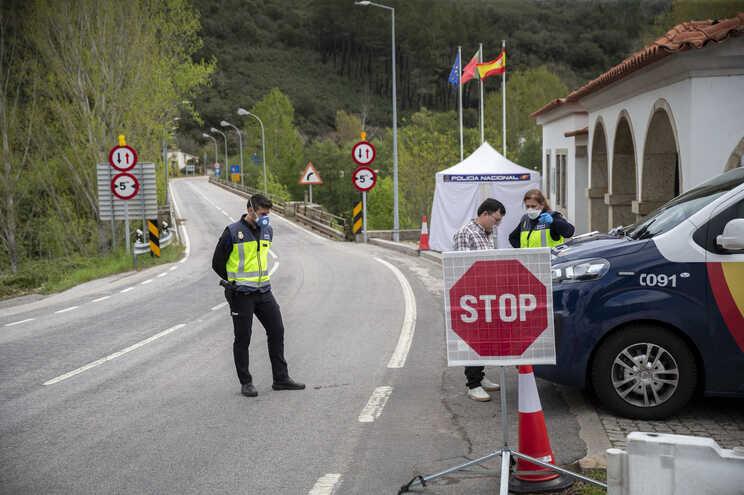 Autoridades na fronteira de Quintanilha