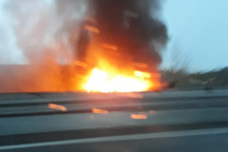 Carga ardeu na A1, sentido Lisboa-Porto