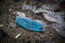 Máscaras, luvas, batas, braçadeiras de cabeleireiro e copos de plástico são os resíduos descartáveis