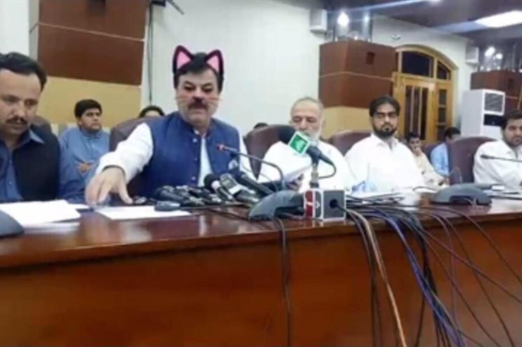 """Ministros de Khyber Pakhtunkhwa, no Paquistão, com o filtro de """"gato"""" na conferência de imprensa transmitida"""