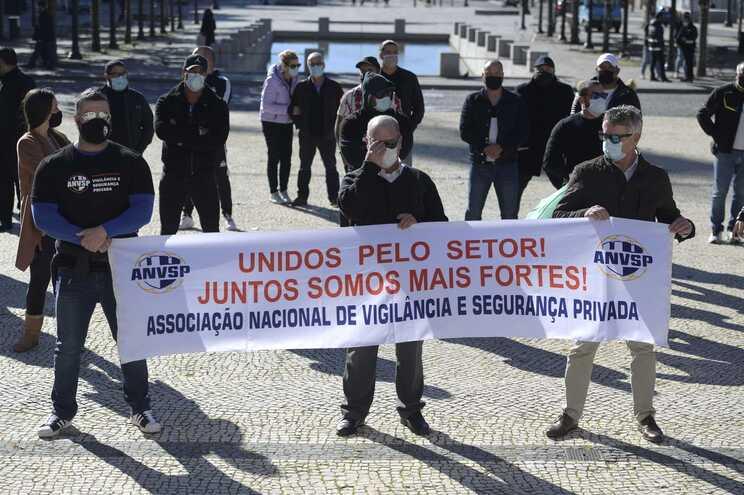 Vigilantes de segurança privada pedem trabalho ao Governo em protesto no Porto