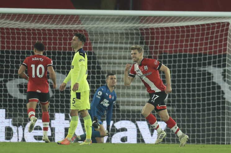 Stuart Armstrong festeja o segundo golo do Southampton ao Newcastle