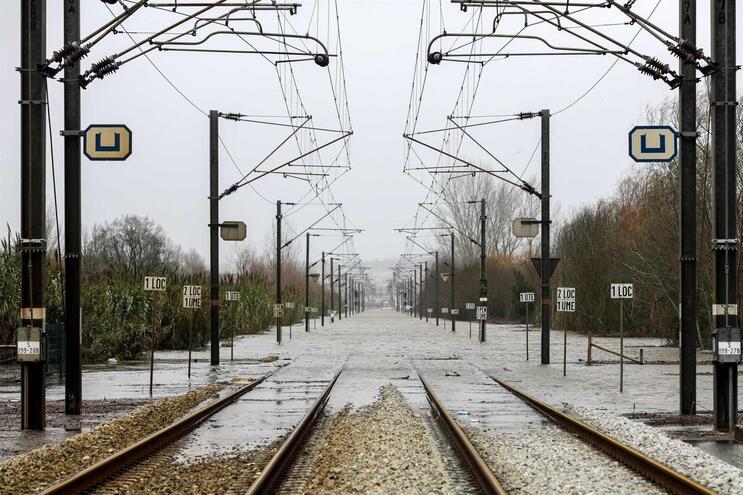 Comboio retido na linha da Beira Alta devido a pedra na via