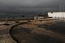 Maré galgou a costa e danificou a calçada na Trafaria, Almada