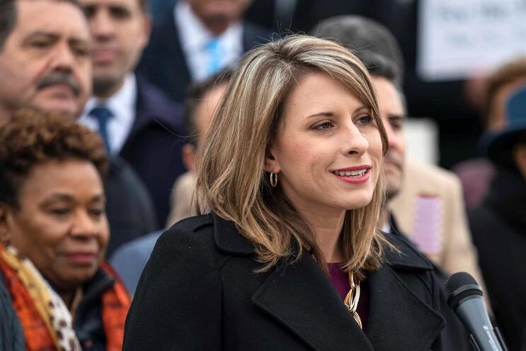 A congressista democrata Katie Hill demitiu-se pouco depois de várias fotos intimas terem sido publicadas