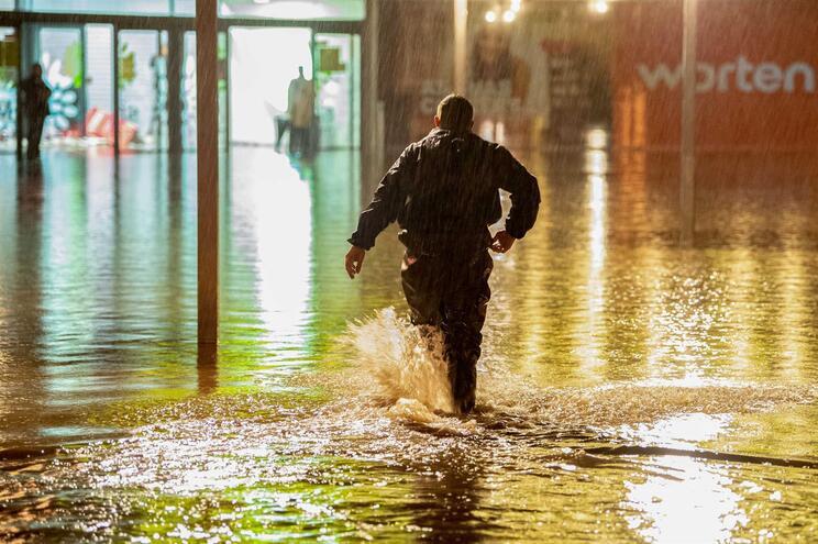 Inundações na Maia: Moradores retidos em casa retirados de barco