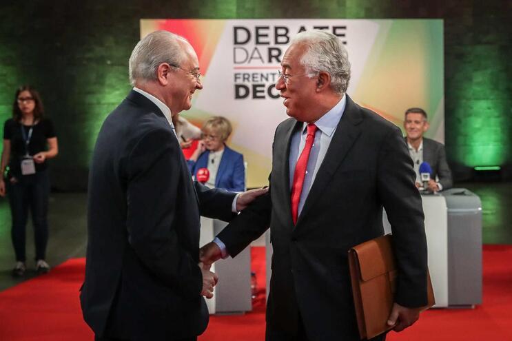 O presidente do Partido Social Democrata (PSD), Rui Rio, cumprimenta o secretário-geral do Partido Socialista