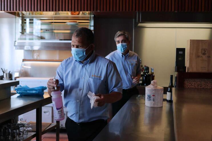 Não há evidências conclusivas de que o vírus seja transmitido através das superfícies