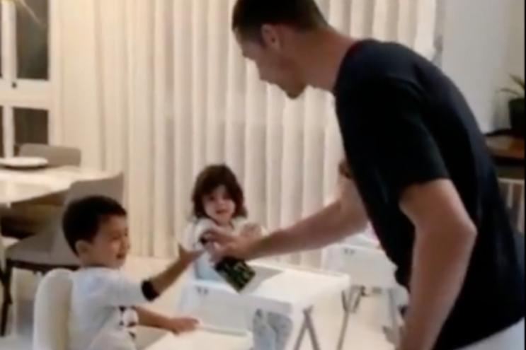 Cristiano Ronaldo ensina filhos a desinfetar as mãos