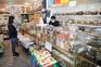 No dia 4, reabriu o pequeno comércio; na segunda-feira, dia 18, abrem todas as lojas com porta para a
